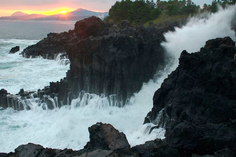 Photo: Yoo Chung (Image: Waves crashing against Jungmun Daepo Jusang Jeollidae, the columnar joints in Jungmun, Jeju-do, South Korea.) CC-BY-SA-3.0 (http://creativecommons.org/licenses/by-sa/3.0/)%5D, via Wikimedia Commons